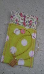 (la pochette sert maintenant à ranger mon portable, vu que le collier est lu souvent à mon cou que rangé :) Elle a aussi un joli bouton personnalisé, une très mignonne petite danseuse)
