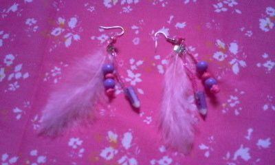 des boucles d'oreille plumes-crayons