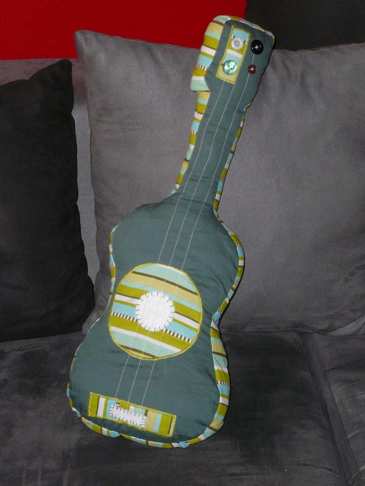 une guitare d'après ce tuto : http://www.pourmesjolismomes.com/2010/07/tuto-guitare-en-tissu.html