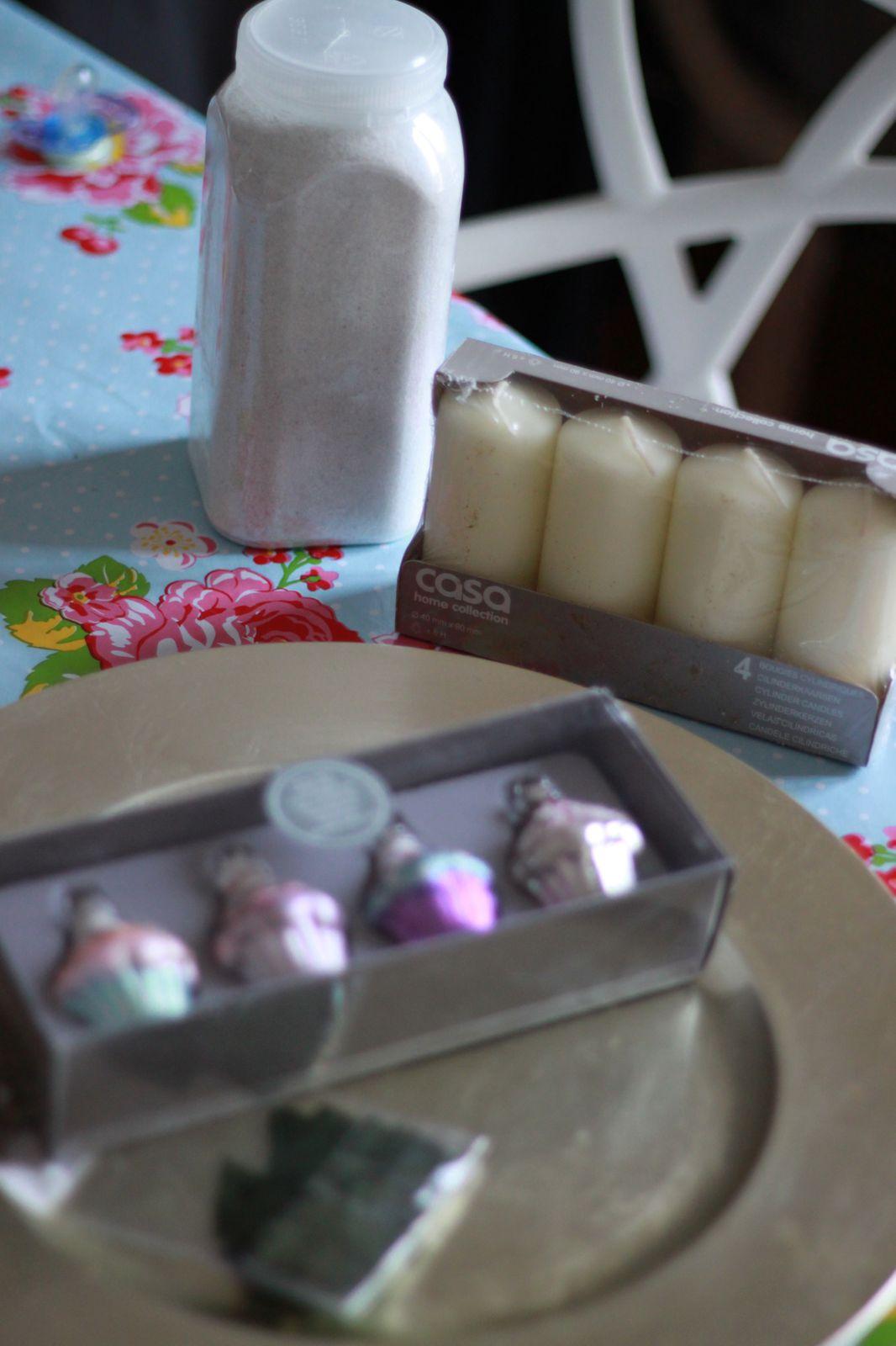 Couronne de l'Avent 2013, thème Cupcakes!!!! Petits sapins verts, et sable blanc, et bougies crèmes, facile à refaire!