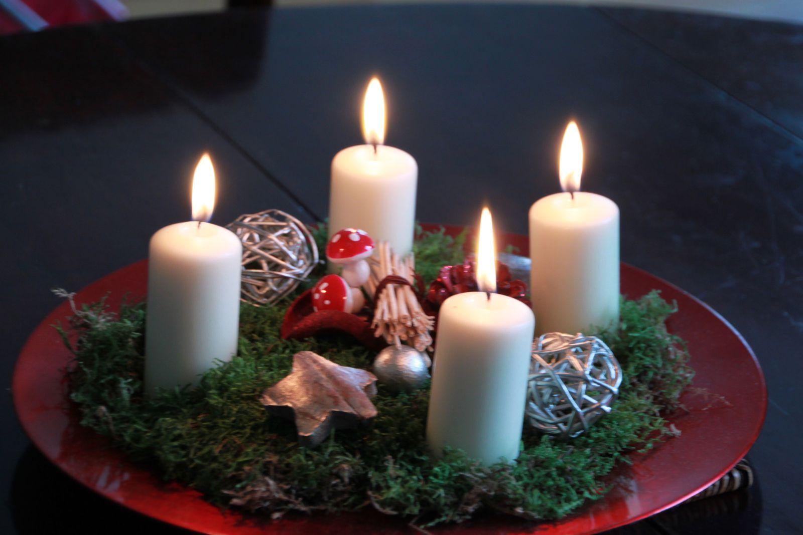 Couronne de l'Avent 2011, mousse, décorations dorées et naturelles. Ambiance rouge et blanc, avec présentation sur la table des fêtes.