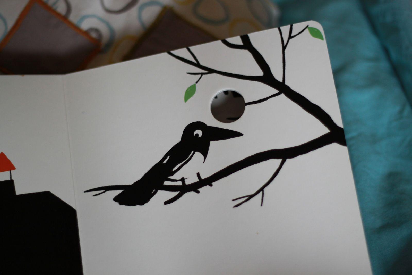 Le livre des tout petits en noir et blanc...trop mignon avec des petits trous qui cachent une autre bête!