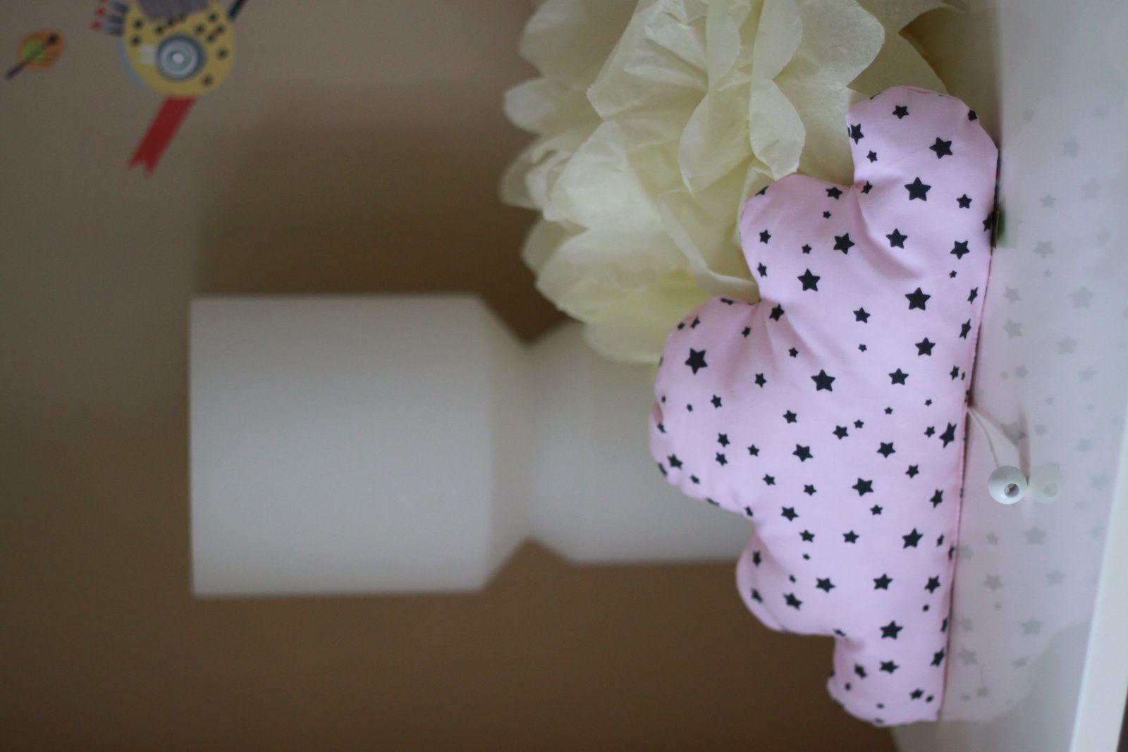 Nuage rose...le même tissu existe en crème avec étoiles turquoises...dès fois que...^^