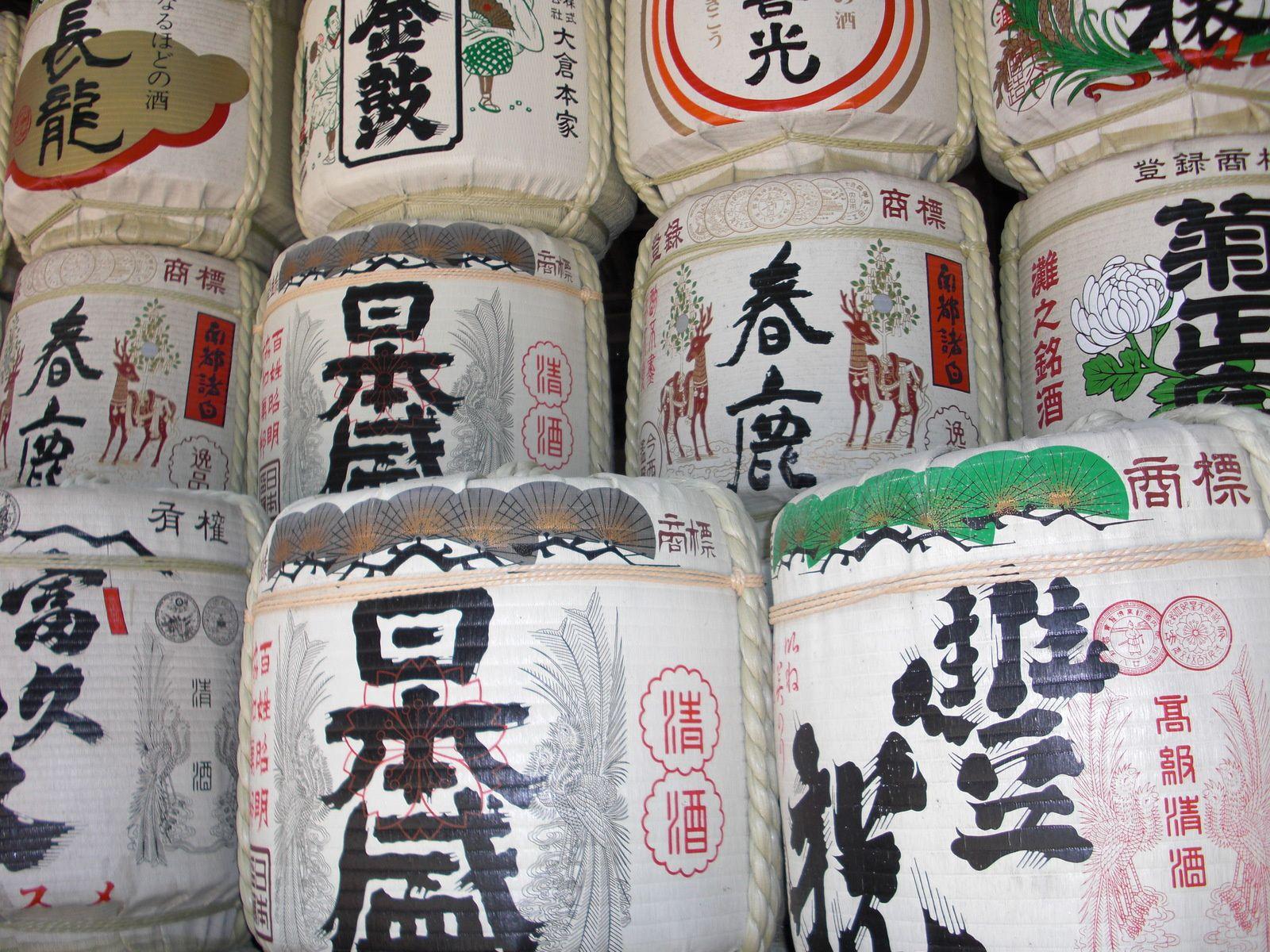 Bonbonnes de Saké entreposées dans un temple