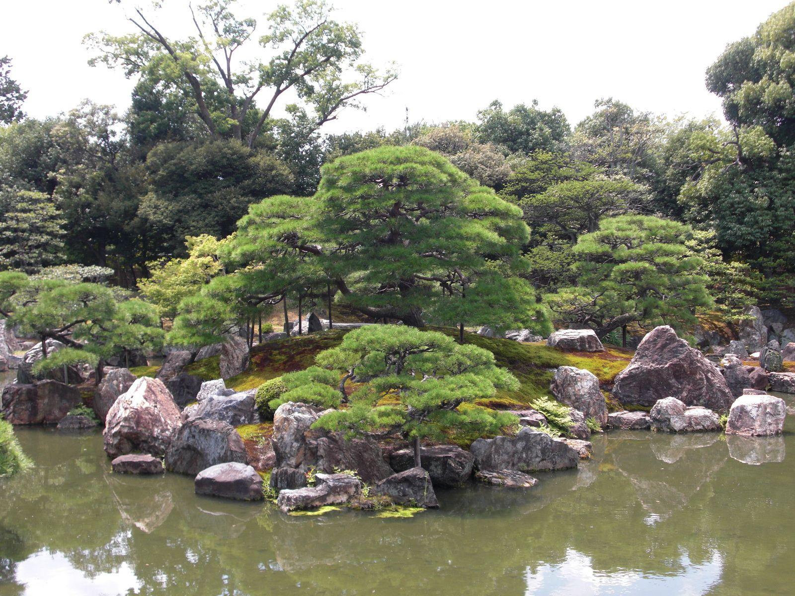Pavillon d'Or, ou Kinkaku-Ji et ses Jardins. Les ruelles de la partie ancienne de Kyoto...