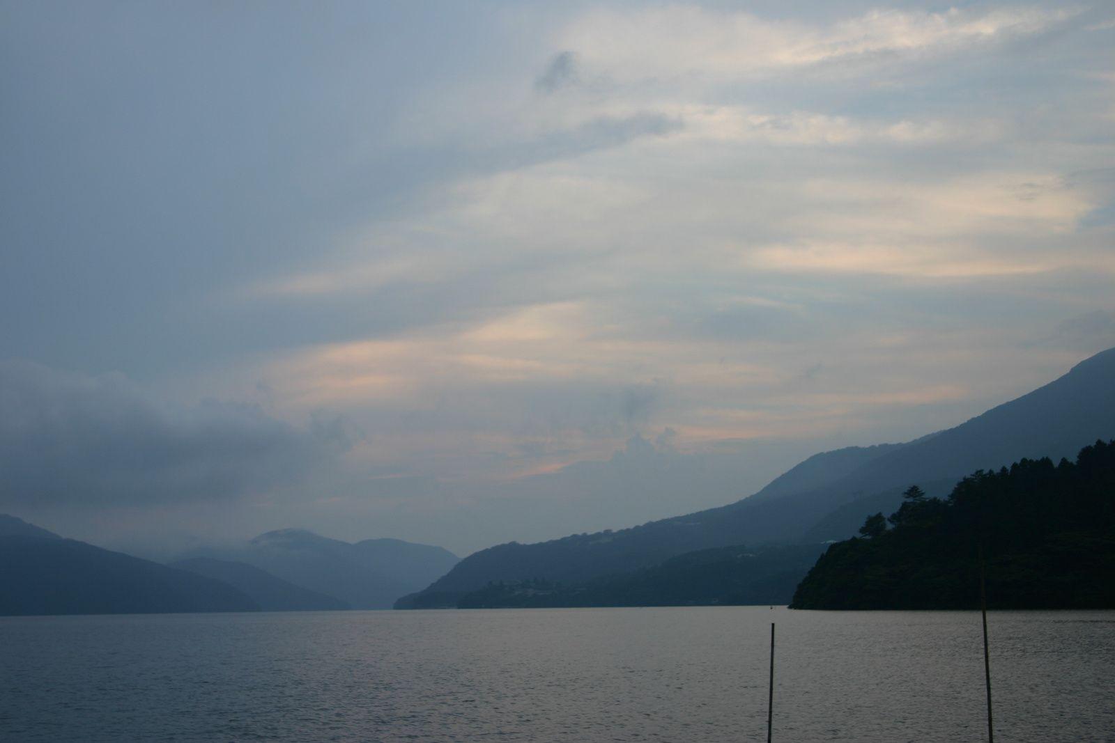 Lac d'Hakone, et Mont Fuji pris de la gare...c'est mieux que de ne pas l'avoir vu du tout! Merci mon zoom 300!!!