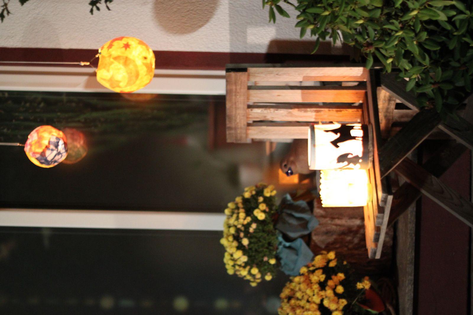 Les couleurs chaudes scintillent dans la nuit, les portes des maisons ont aussi des lanternes.