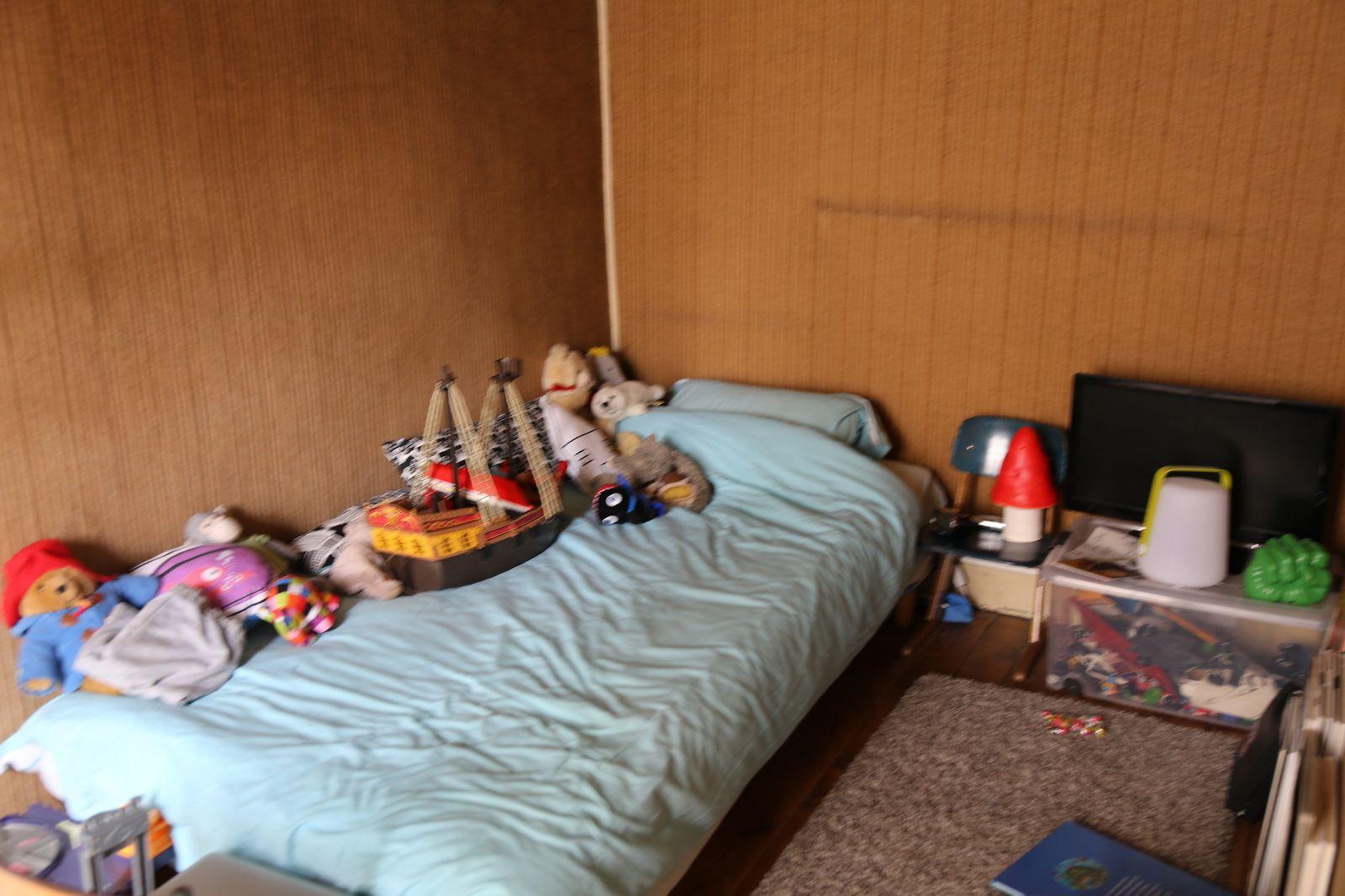 La petite chambre bien sombre avant rénovation...
