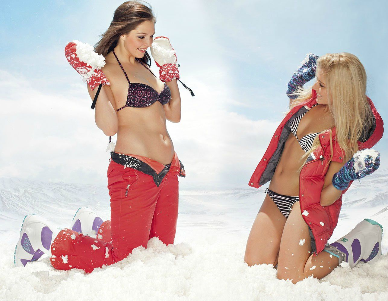 Russian snowboarders Alena Zavarzina and Alyona Alekhina are sexy when throwing snow at each other. See them at olympic games
