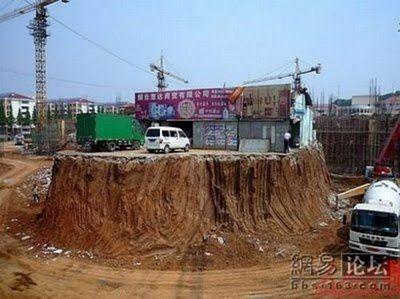 Voilà ce qui arrive quand on refuse de vendre son terrain à un promoteur chinois qui achète tout aux alentours… (viamikropikol)