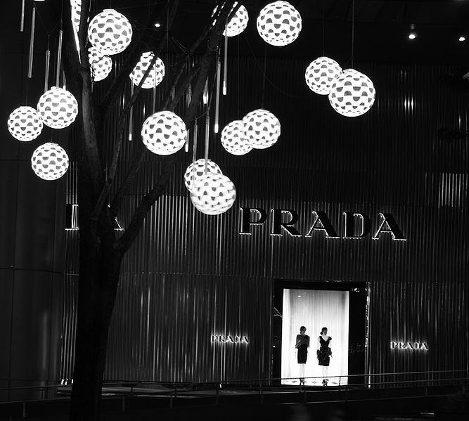 Prada a lausanne se trouve chez Globus (rue du pont 5) ou Drake store (Rue de bourg 22)