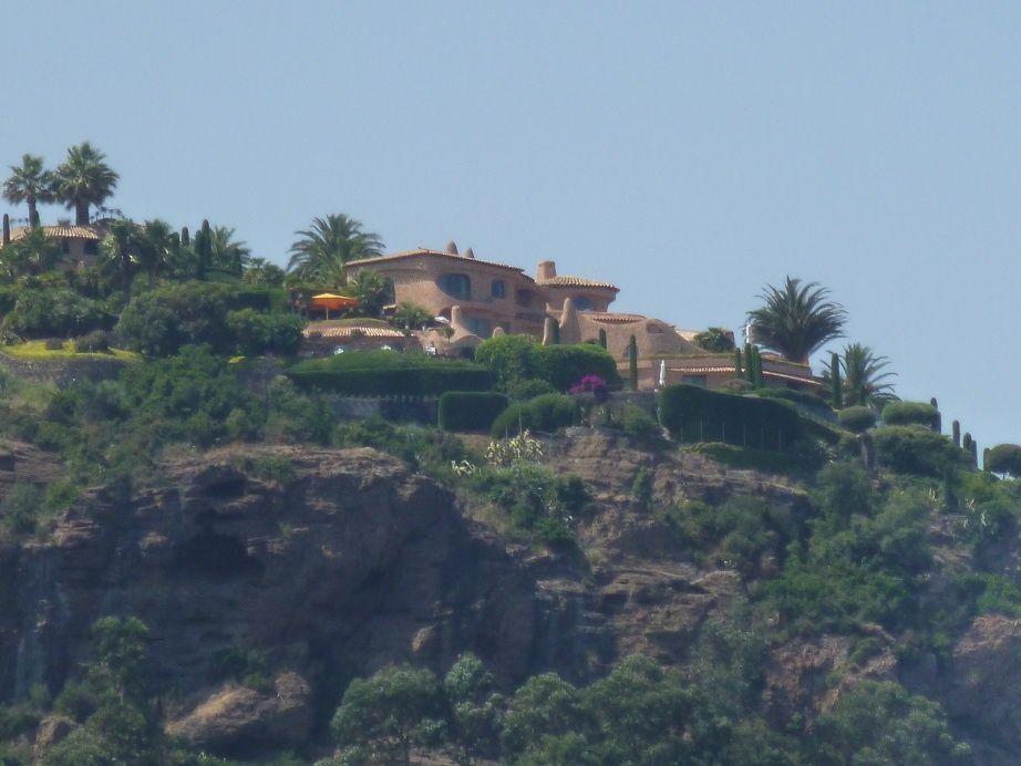 Petite villa loin haut perché dominant la mer