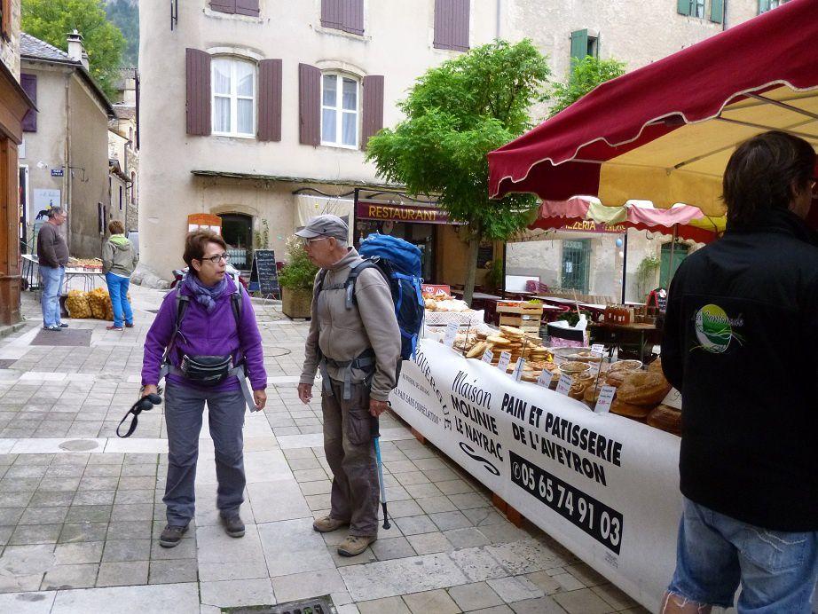 Les nantais au marché de Florac avant le départ.