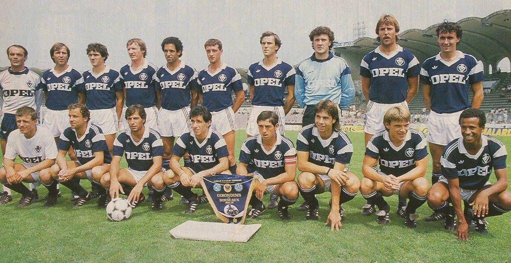 Dominique Dropsy avec les Girondins de Bordeaux 1985-1986 : Delachet, Girard, Malbeaux, Specht, Hanini, Bourdoncle, Battiston, Dropsy, Reinders, Tusseau, Gimenez, Rohr, De Bono, Chalana, Giresse, Pascal, Thouvenel et Tigana.