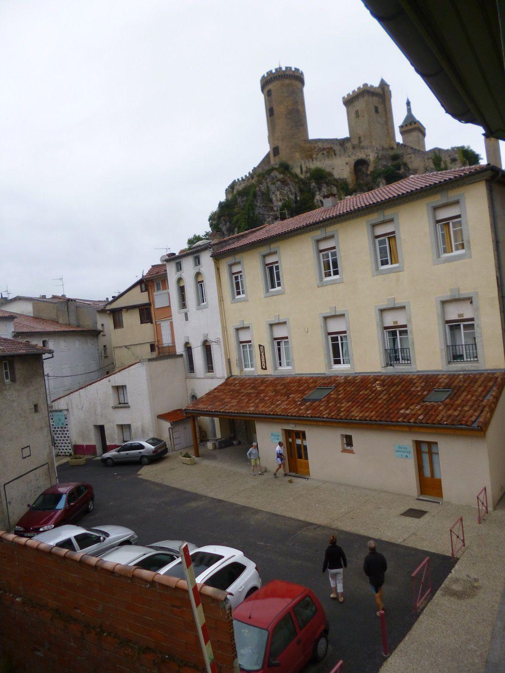 """La cour du club Léo Lagrange """"Léodefoix"""" et le château de Foix."""
