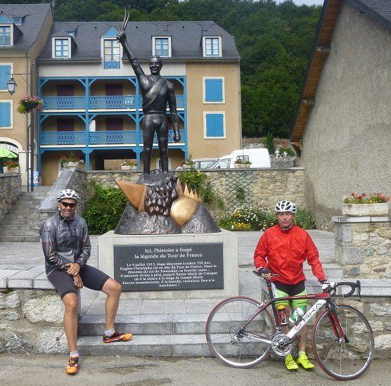 Stèle Eugène Christophe à Ste Marie de Campan, le 9 juillet 1913, étape Bayonne-Luchon 326km, en tête du tour de France, il répare sa fourche cassée à la forge après avoir parcouru 10 km à pied.