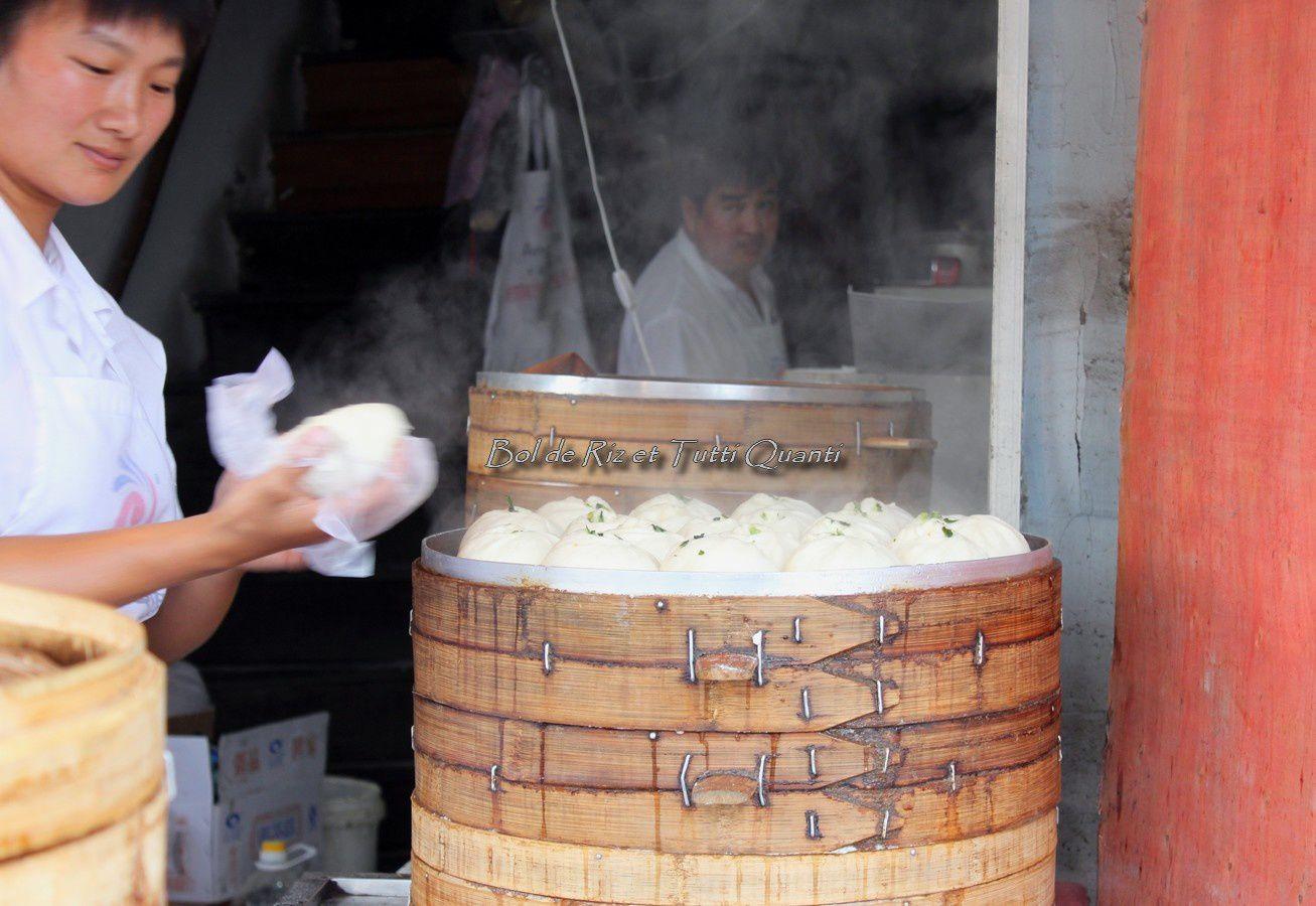 """""""Zǎoshang hǎo! Wǒ yào liǎng gè càibāo hé yī bēi  Dòujiāng"""" / """"Bonjour! Deux baozis aux légumes et un verre de lait de soja s'il vous plaît"""""""