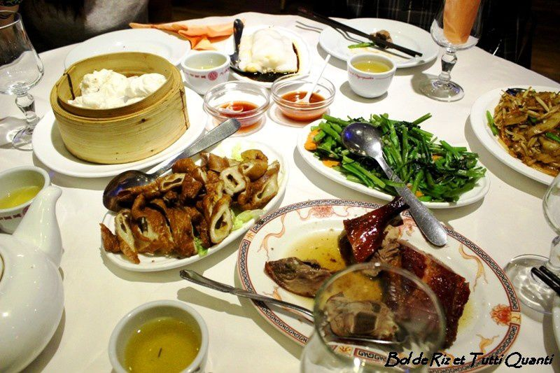 Chinatown Olympiades : 44 Avenue Ivry, 75013 Paris www.chinatownolympiades.com . Au Menu : Canard pékinois en 2 façons, liserons d'eau sautés, tripes de porc frites, pâtes de riz sautés à la fleur de ciboule, crêpes de riz aux crevettes, assiette de rôtisseries, char-siu bao, tofu au sirop de gingembre, flan thaïlandais, gelée aux amandes, bao aux oeufs.