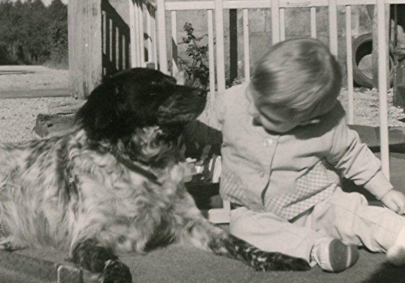 Un de mes neveux avec la chienne de la famille de l'époque, Louchka