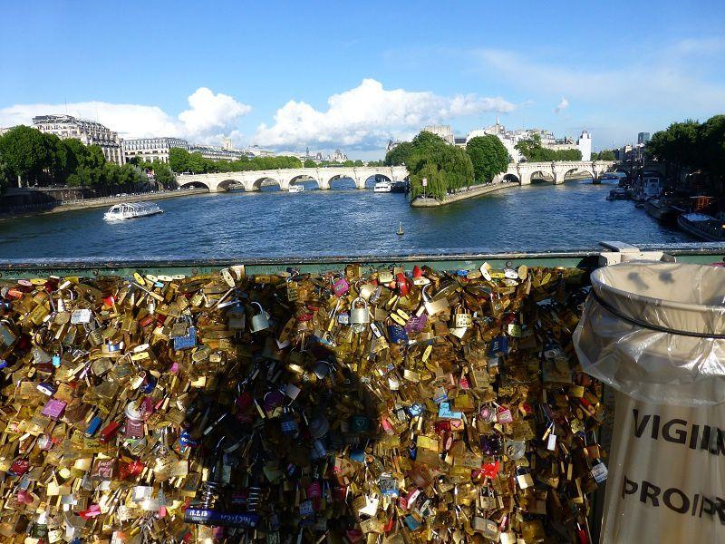 cadenas d'amour sur le pont des arts, mai 2014