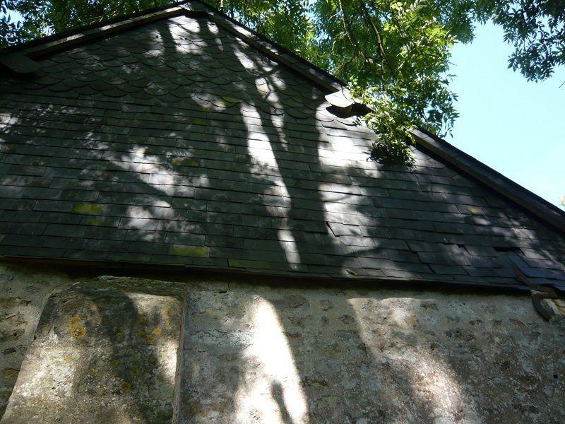 Ombres de branches sur une humble chapelle