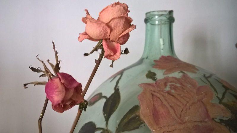 Permettez-moi de vous présenter les plus jeunes saluant la rose peinte plus que centenaire