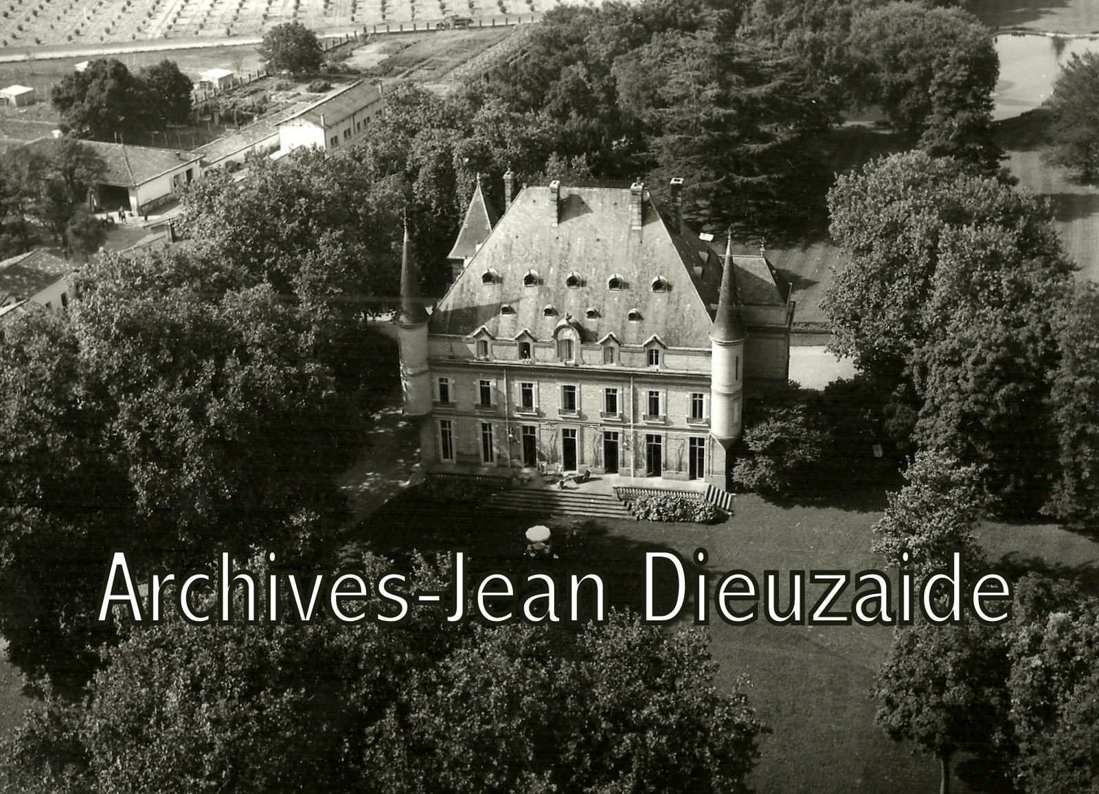 Photo 1: Mme Dieuzaide, photo 2: le château de Nolet photographié par Jean Dieuzaide