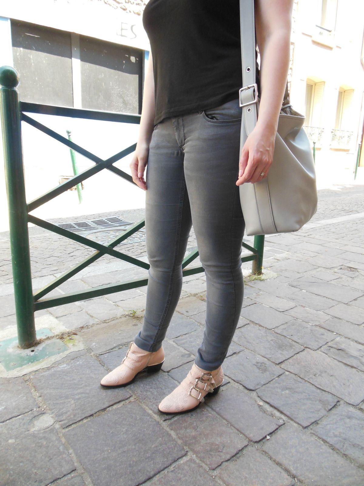 Teesh - H&M /// Slim - Zara /// Boots Susanna - Chloé /// Sac - Coach