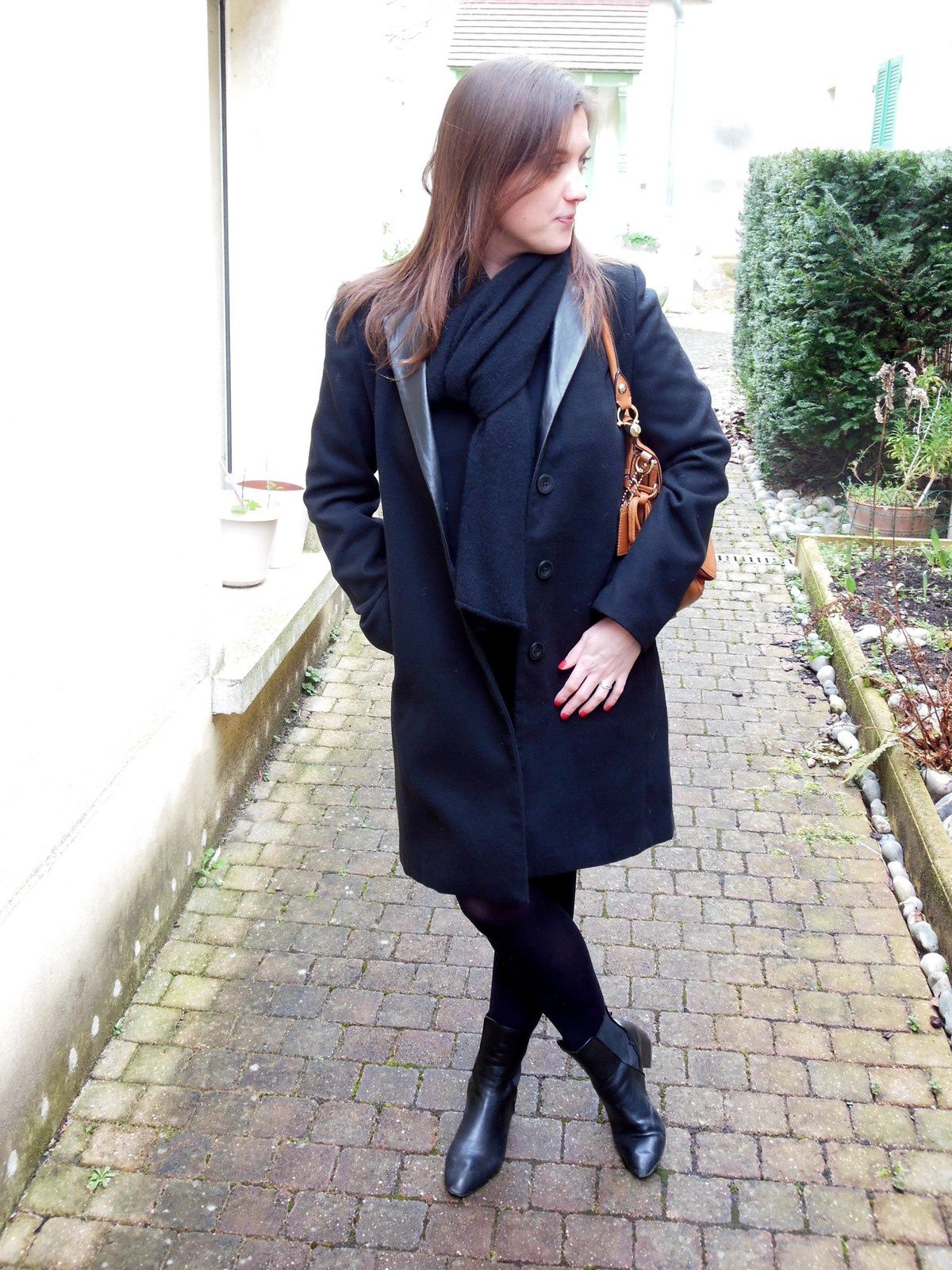 Manteau - Best Mountain // Robe - Clo&Se by MonShowroom // Collant - Well // Bottines - Zara // Echarpe - COS // Sac - Coach