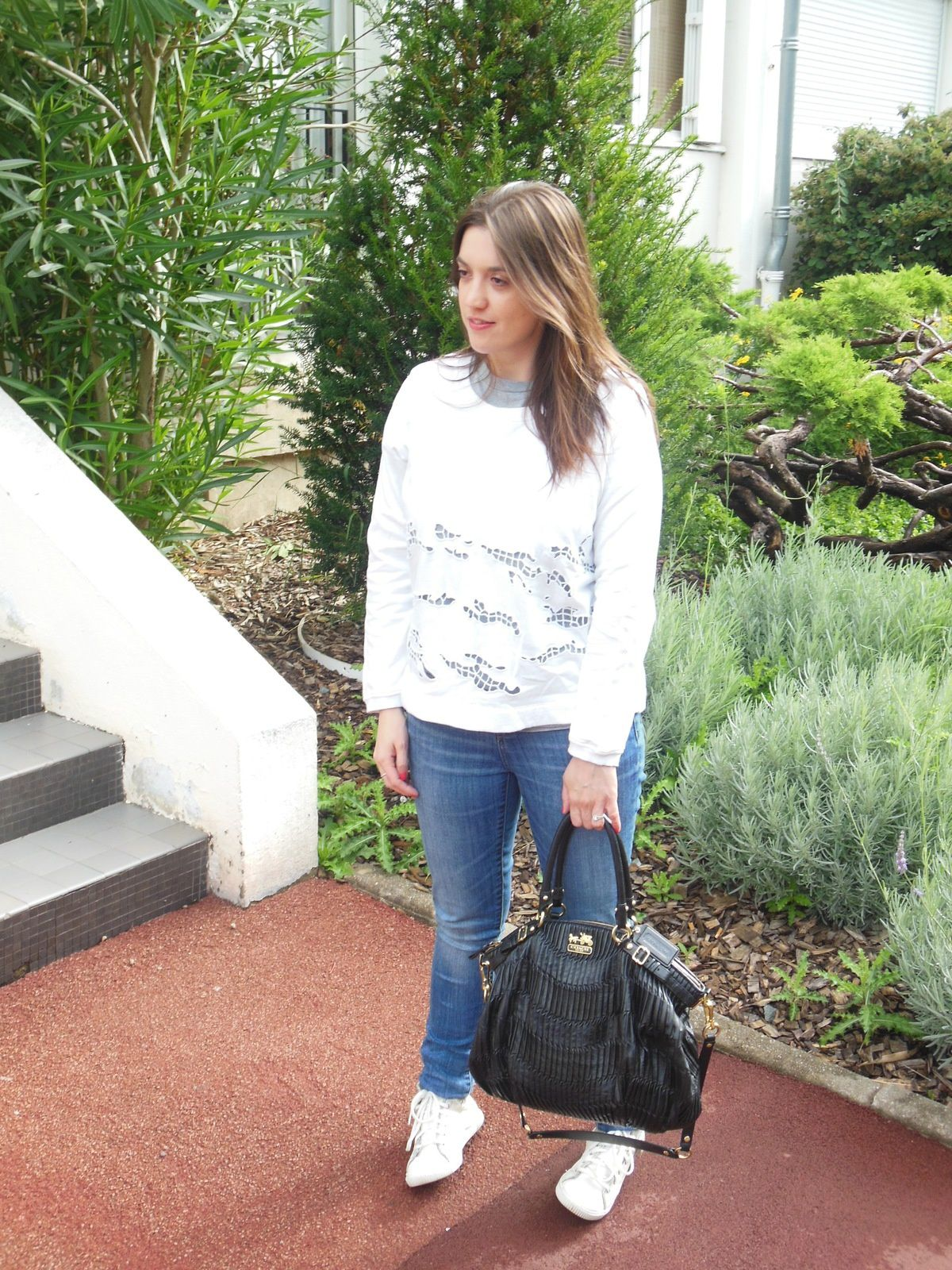 Sweat - Carven // T-shirt - Gap // Jeans - Zara // Basket - Pataugas // Sac - Coach
