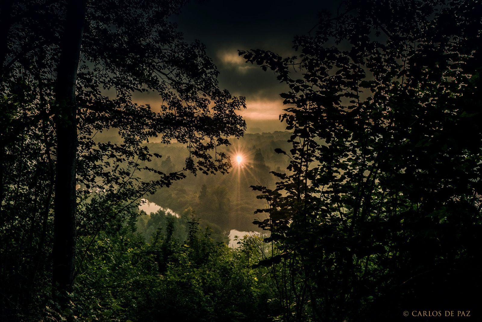 """Lever du soleil sur les marais de Somme entre Péronne et Albert sur la route du """"Circuit du Souvenir de la Grande Guerre""""."""