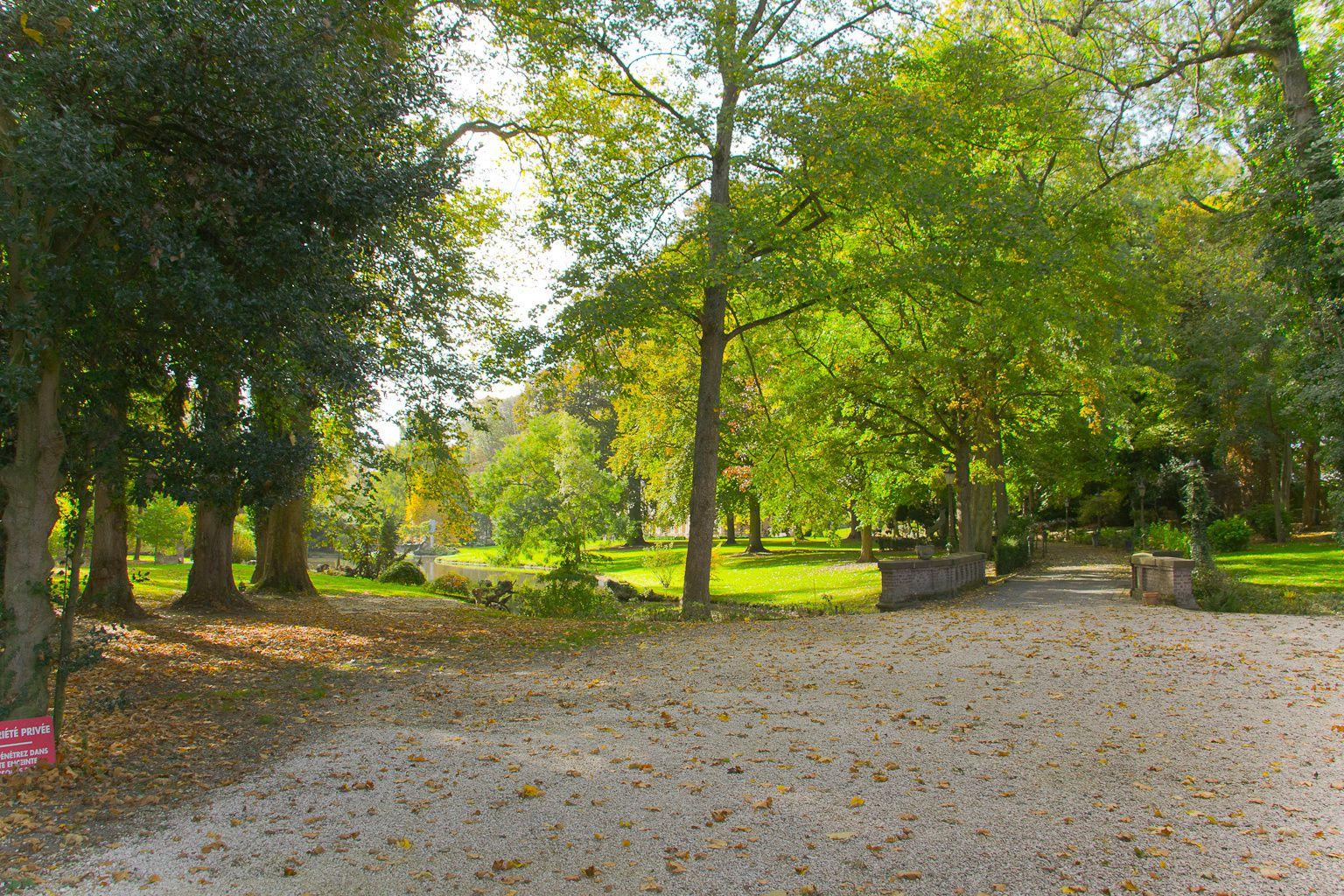 Le château: vue sur l'entrée du parc.