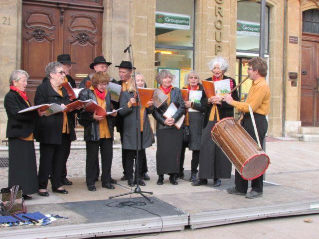 Nous avons chanté sur le Cours pour le marché de Noël.