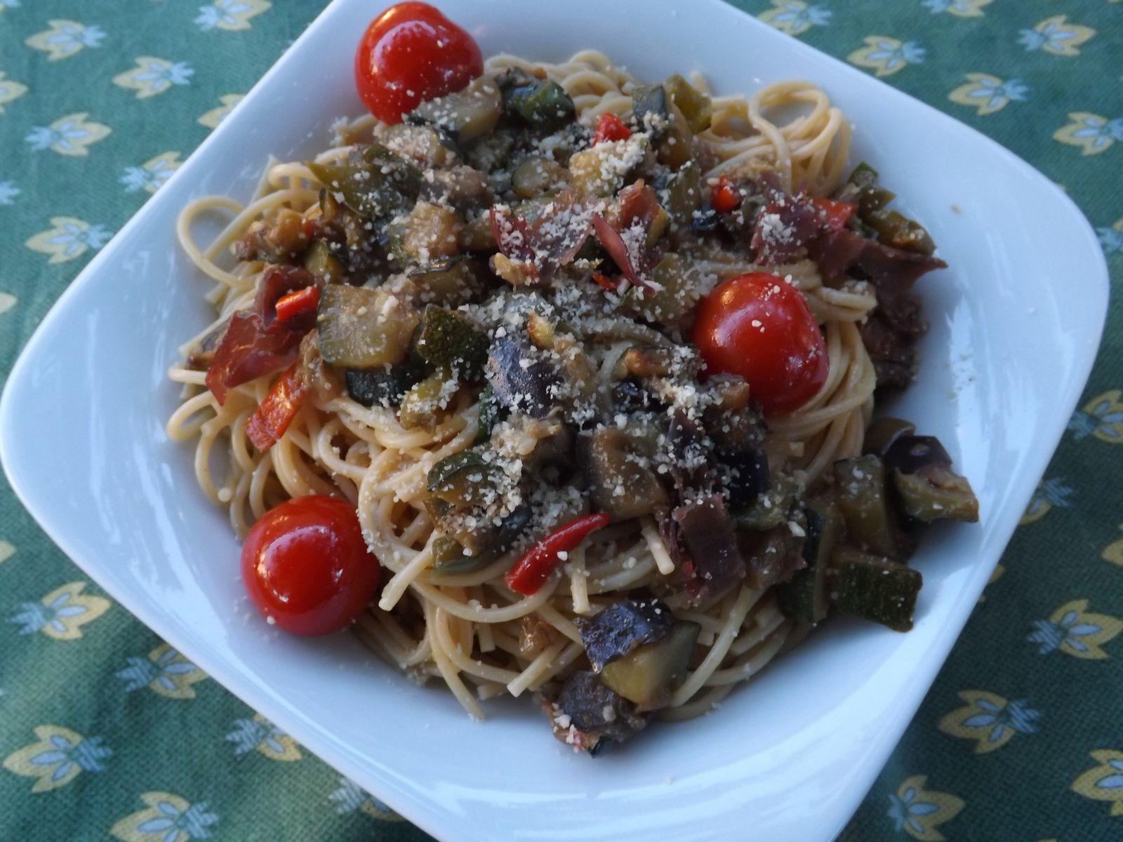 Spaghetti aux poivrons, aubergines,tomates et pancetta