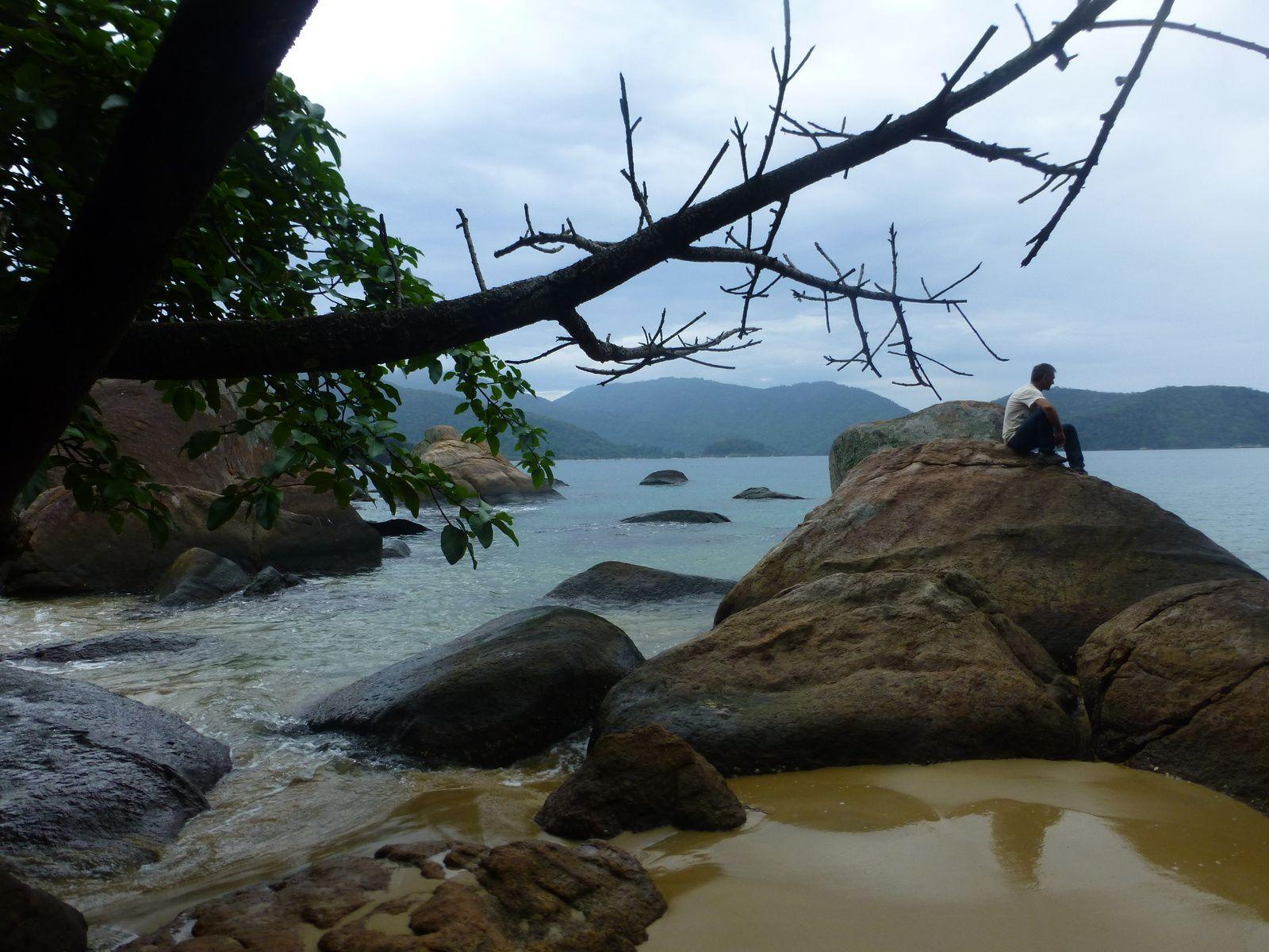 On aura bien mérité ce petit apéro Caïpirinha, accras... Ah oui, on ne va pas à Ilha Grande pour faire bronzette sur la plage c'est sûr, on y va pour se perdre dans cette majestueuse forêt tropicale parce que là, vraiment, c'est un total dépaysement...
