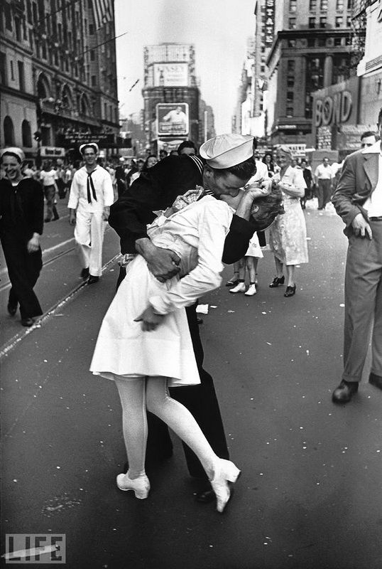49. Kiss (The Kiss). Photo by Alfred Eisenstaedt, 1945 One of the most famous photographs. Kiss of the sailor and the nurse after the announcement of the end of the war.