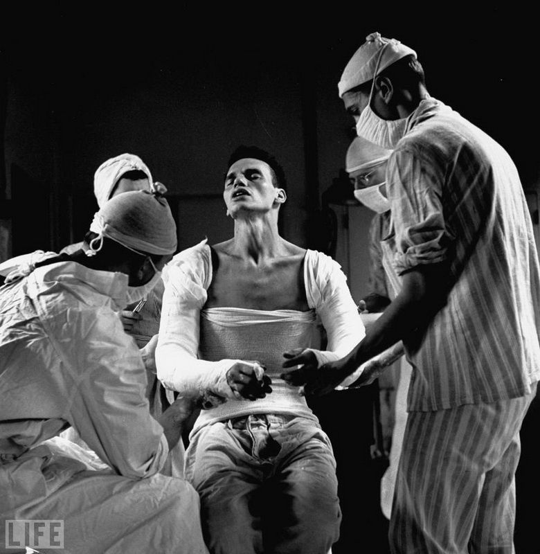 15. Agony (Agony): Photo by Ralph Morse, 1944 Army medic George Lott, seriously wounded in both hands.