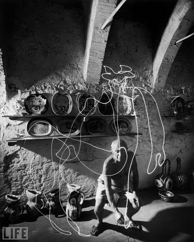 22. Picasso and Centaur (Picasso and Centaur). Photo by Gjon Mili, 1949 Ephemeral drawing air.