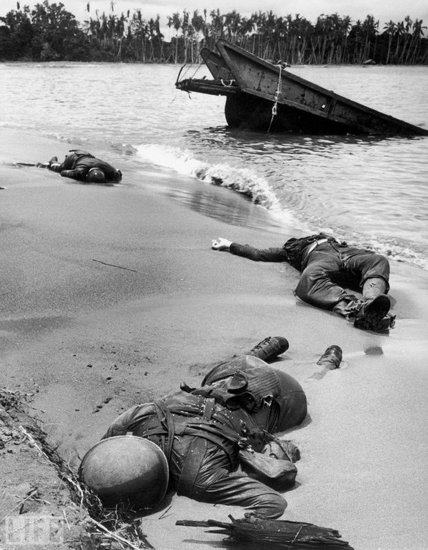 30. Three Americans (Three Americans). Photo by George Strock, 1943 U.S. soldiers killed in a battle with the Japanese on the beach in New Guinea. The first picture of dead American soldiers on the battlefield during World War II.