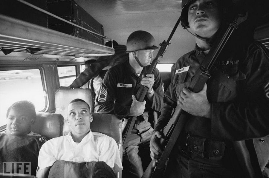 "14. Freedom Riders (Freedom Riders). Photo by Paul Schutzer, 1961 ""Freedom Riders» (Freedom Riders) - joint bus rides white and black activists who were protesting against human rights of black people in the southern units. USA. In 1961, they rented a bus and toured the southern. states to oppose segregation laws and customs, was attacked by Southern whites and arrested. To protect the activists during the trip from Montgomery (Alabama), Jackson (Mississippi) were identified by the National Guard"