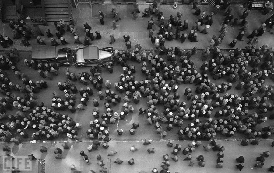 16. Sea hats (Sea of ​​Hats). Photo by Margaret Bourke-White, 1930 In New York.
