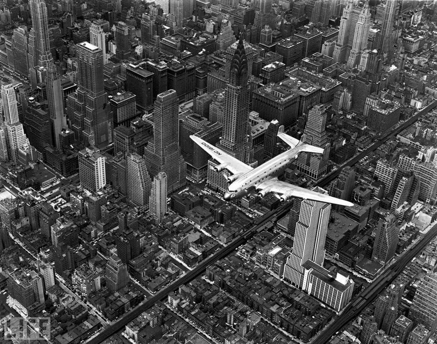 46. Airplane over Manhattan (Airplane Over Manhattan). Photo by Margaret Bourke-White, 1939