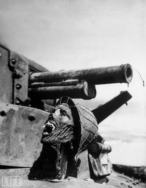 21. The face of death (Face of Death). Photo by Ralph Morse, 1943 Head of a Japanese soldier on the tank