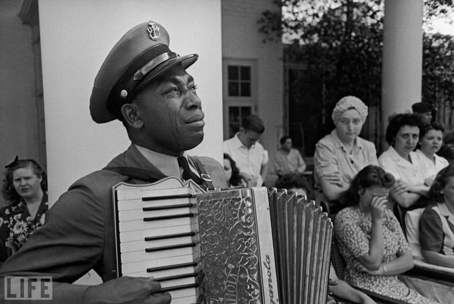 2. Goin 'Home. Photo by Ed Clark, 1945 Petty Officer Graham Jackson plays «Goin 'Home» at the funeral of President Roosevelt April 12, 1945.