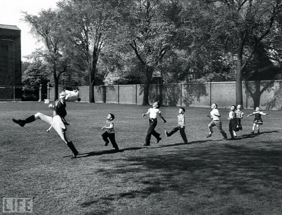 25. Pied Piper of Ann Arbor (Pied Piper of Ann Arbor). Photo by Alfred Eisenstaedt, 1950 Drummer from the University of Michigan marching with children