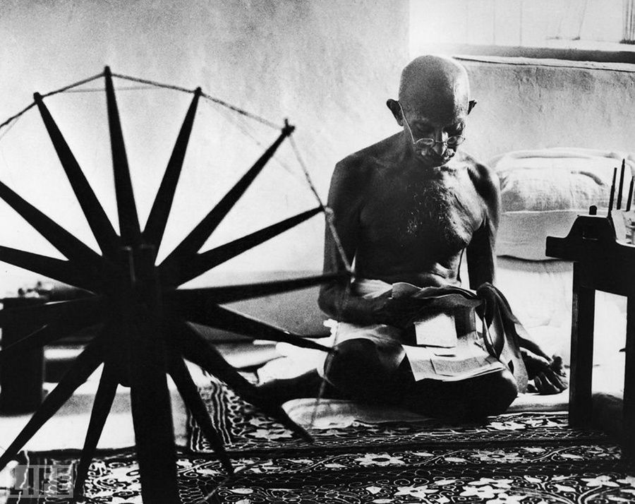 12. Great soul (The Great Soul). Photo by Margaret Bourke-White, 1946 Mahatma Gandhi near his spinning wheel - a symbol of non-violent movement for India's independence from Britain.