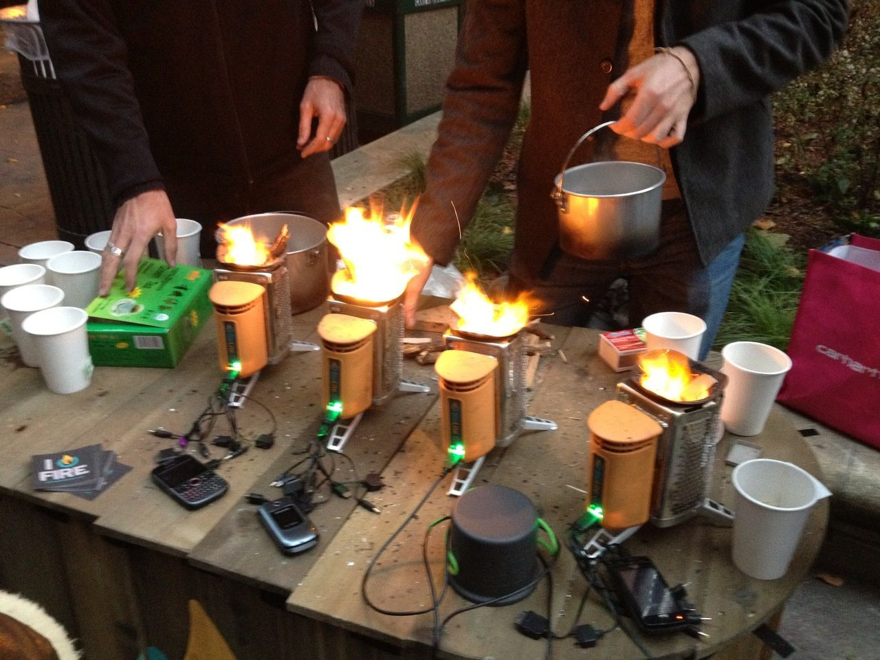 Mini générateurs électriques (alimentés par feu+eau bouillantes) pour recharger les portables (coupure de courant NY).