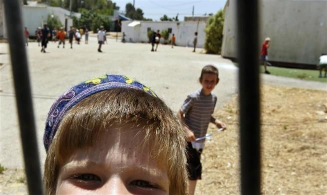 Children play in the yard outside their school in the West Bank Jewish yichouv of Talmon June 14, 2009.  REUTERS/Gil Cohen Magen