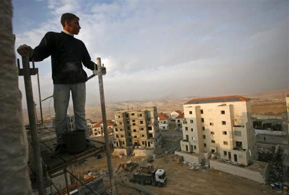 A Palestinian labourer is seen at a construction site in the West Bank Jewish yichouv of Maale Adumim near Jerusalem November 25, 2009.  REUTERS/Baz Ratner
