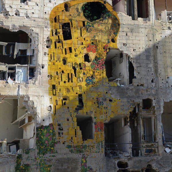 "Gustav Klimt's ""The Kiss"" has been reproduced on a devastated building in Syria by artist Tammam Azzam."